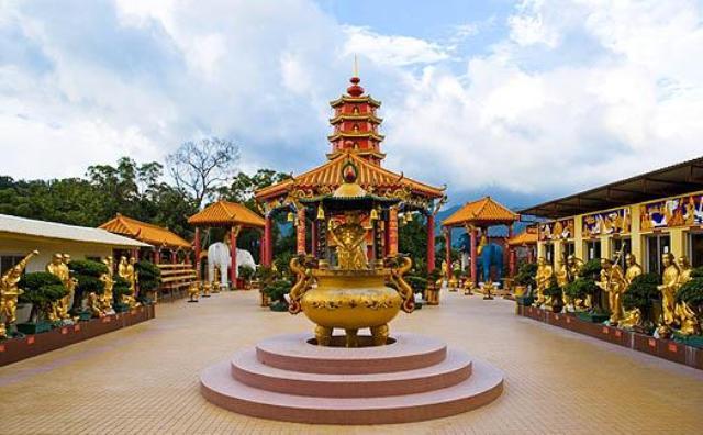 Wisata Hongkong - Ten Thousand Buddhas Monastery