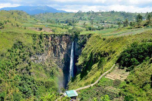 https://www.azwisata.com/wp-content/uploads/2018/07/Tempat-Wisata-di-Sumatera-Utara-Air-Terjun-Sipiso-piso.jpg
