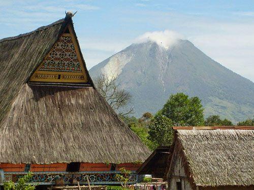https://www.azwisata.com/wp-content/uploads/2018/07/Tempat-Wisata-di-Sumatera-Utara-Desa-Lingga.jpg